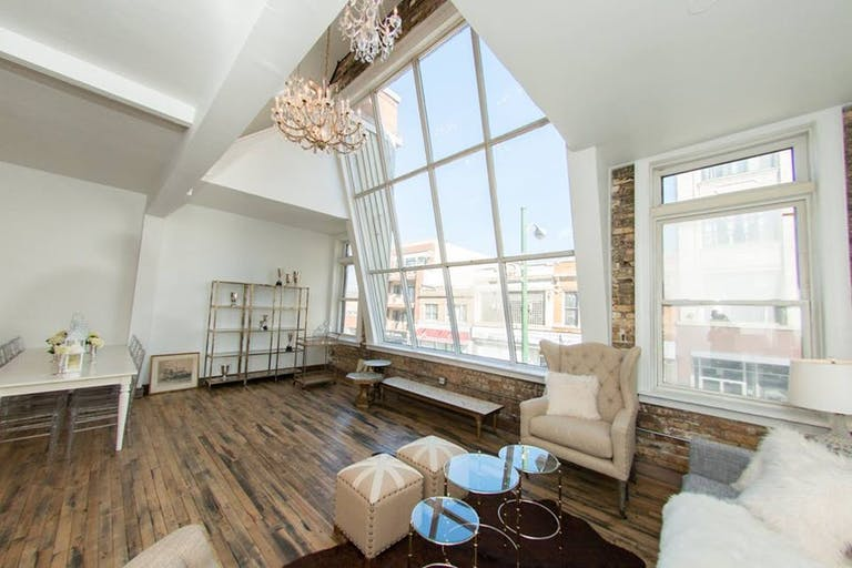 Open-space loft in Chicago with large paneled windows and a
