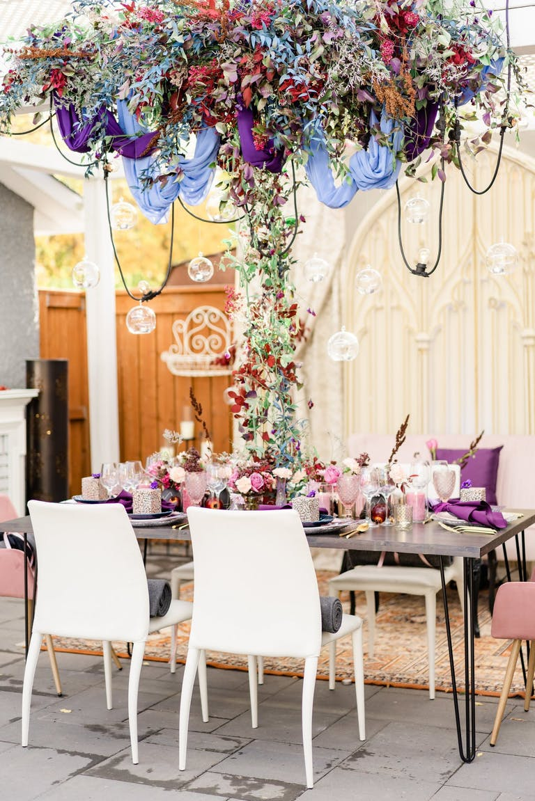 2021 trend dinner party purple floral decor | PartySlate