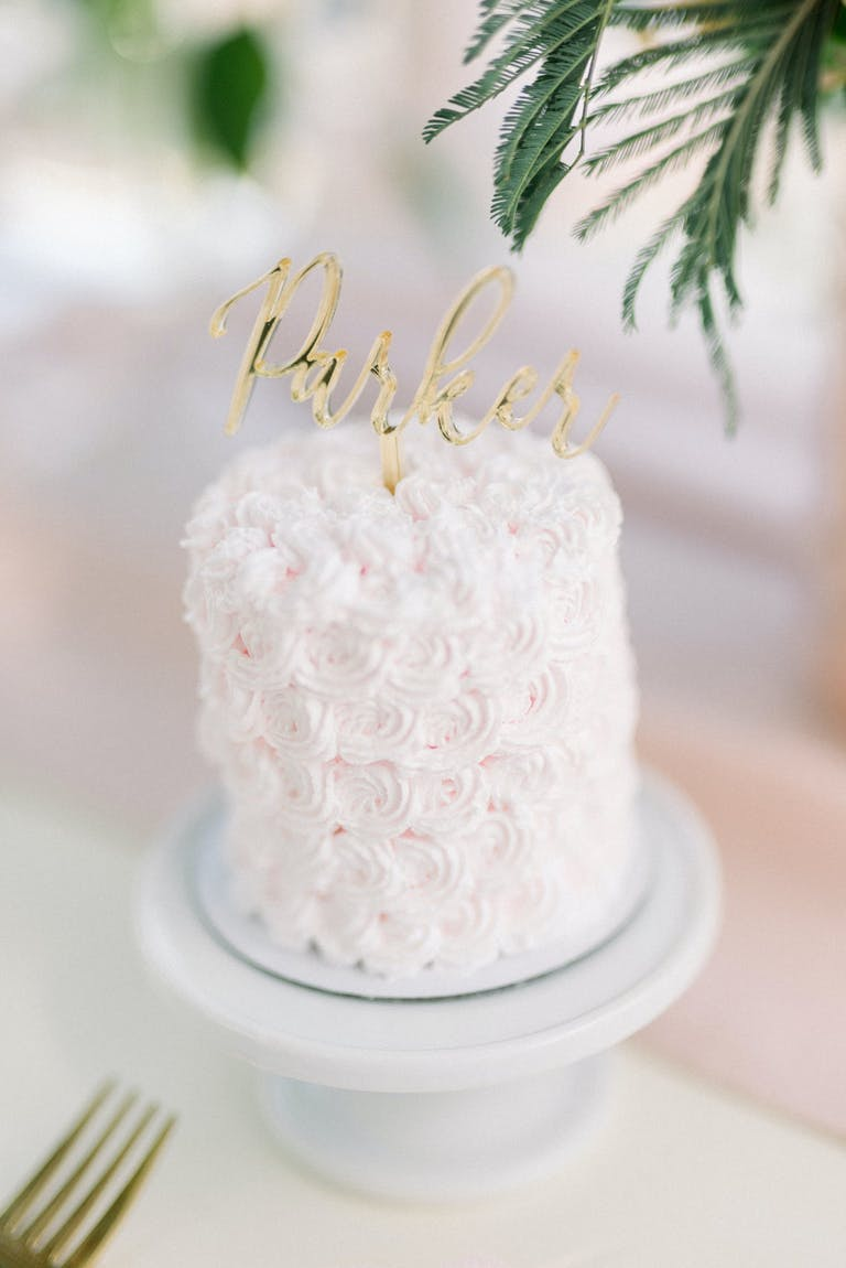 2021 placecard trend, mini cake with your guests name on it | PartySlate