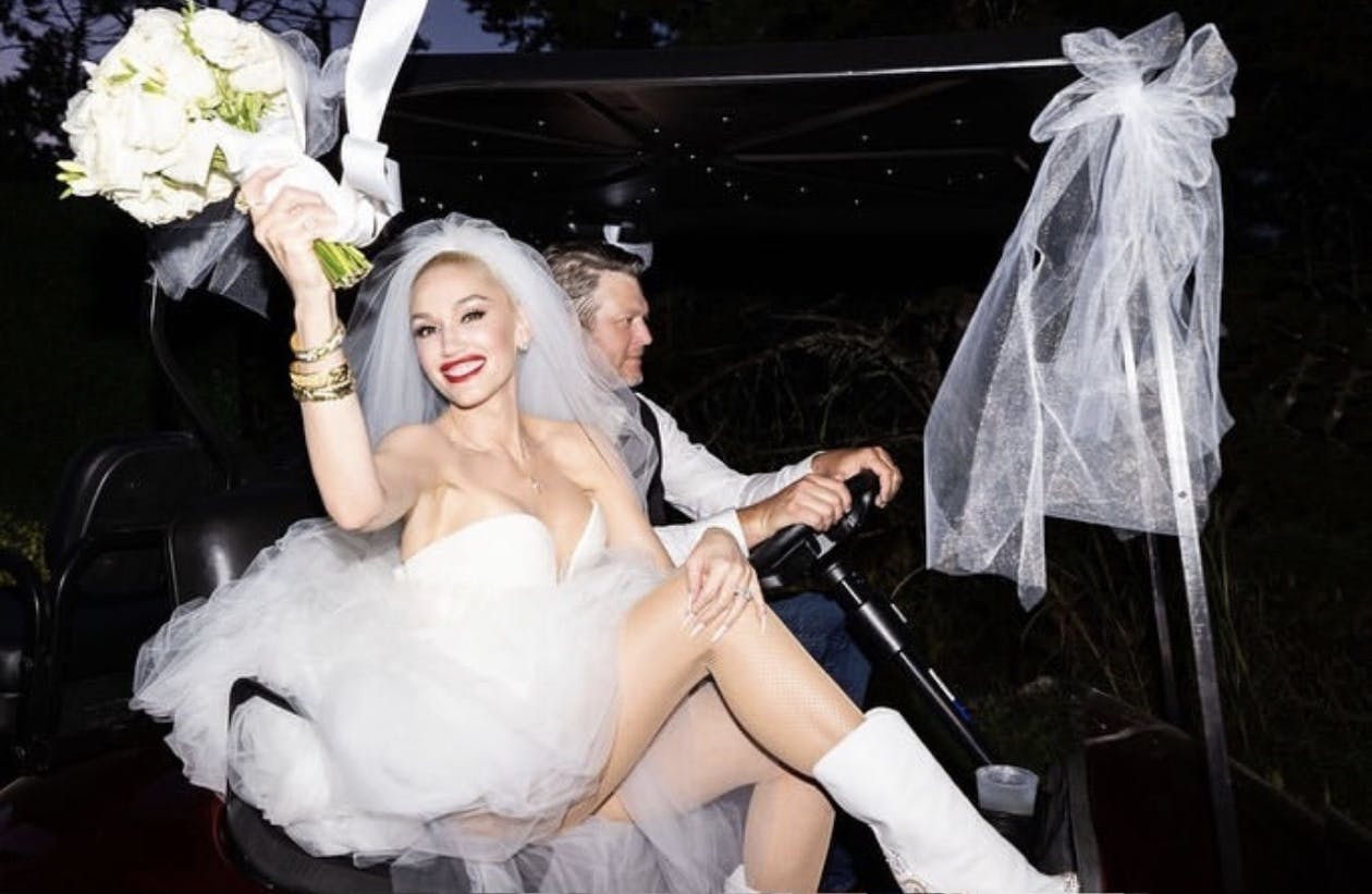 Gwen Stefani and Blake Shelton in Limo on Wedding Day | PartySlate